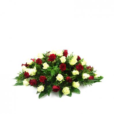 Ovaalvormig rouwstuk met witte rozen