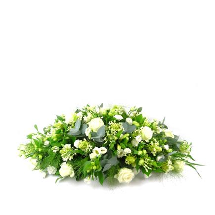 Ovaal rouwstuk met witte rozen