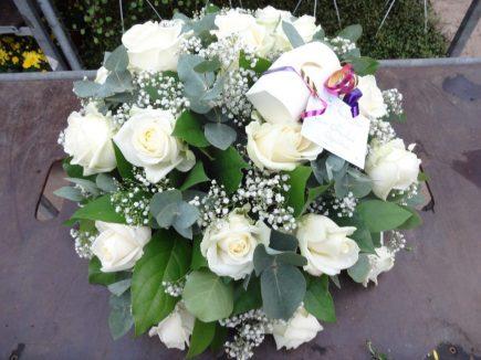 Persoonlijk rouwstuk - witte rozen met bonbons