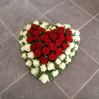 Hartvormig rouwstuk met rode en witte rozen - Duoplant