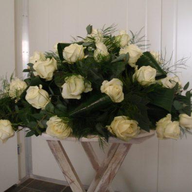 Ovaal rouwarrangement met witte rozen - Duoplant