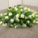 Ovaal rouwarrangement met witte rozen
