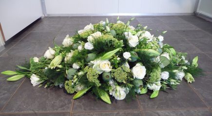Klassieke kistbedekking met o.a. witte rozen - duoplant