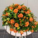 Rouwstuk in druppelvorm met oranje rozen - Duoplant