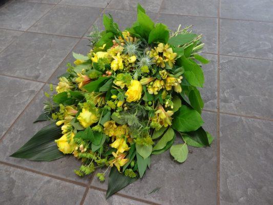 Duoplant rouwboeket met o.a. gele rozen